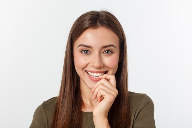 Retrato do close-up do retrato casual de mulher yong na visão positiva, grande sorriso, bela modelo posando