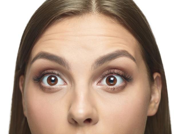 Retrato do close-up dos olhos da jovem sem rugas.