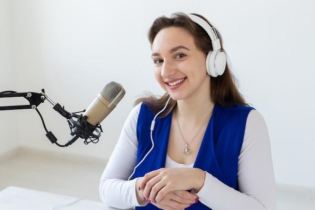 Retrato do conceito de apresentador de rádio de uma apresentadora de rádio com fones de ouvido