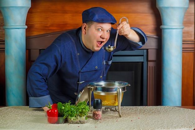 Retrato do cozinheiro chefe com concha de sopa à disposição.