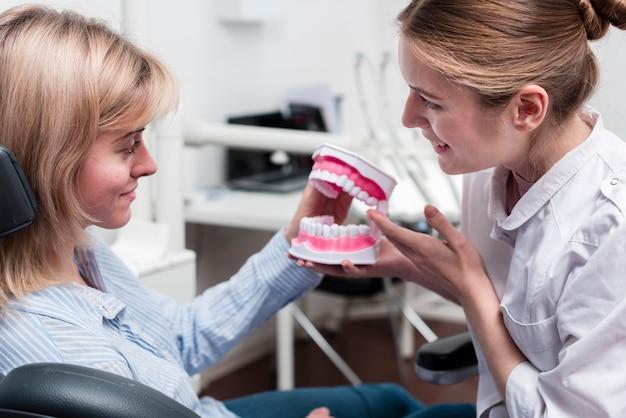 Retrato do dentista e seu paciente