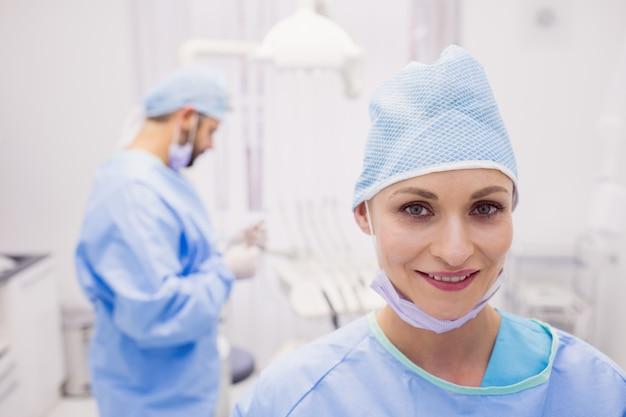 Retrato do dentista feminino