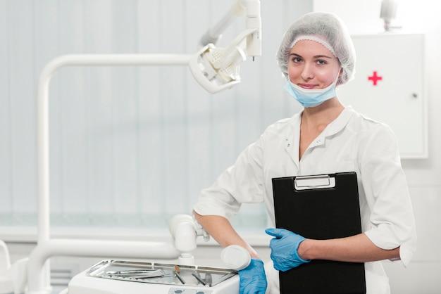 Retrato do dentista orgulhoso segurando a área de transferência