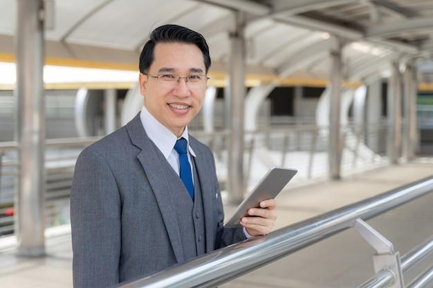Retrato do distrito comercial de homem de negócios asiático, líder de executivos visionários sênior com visão de negócios