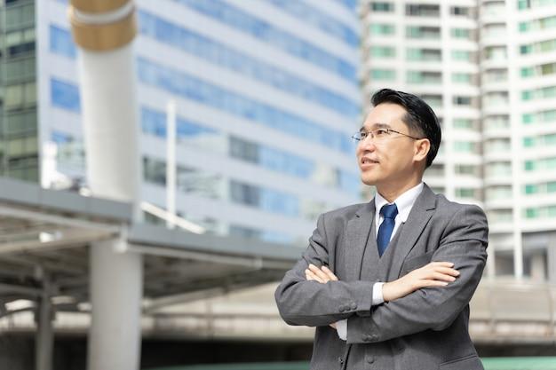 Retrato do distrito comercial de homem de negócios asiático