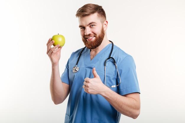 Retrato do doutor bonito com casaco azul, olhando para a câmera