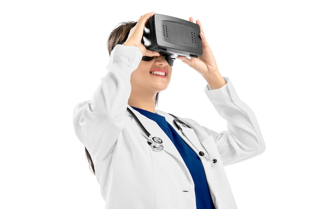 Retrato do doutor feminino asiático no jaleco branco e estetoscópio usando o dispositivo de realidade virtual