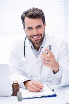 Retrato do doutor que verifica a medicina