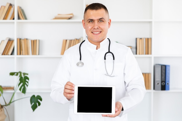 Retrato do doutor sorridente segurando a foto simulada