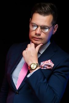 Retrato do empresário bonito confiante
