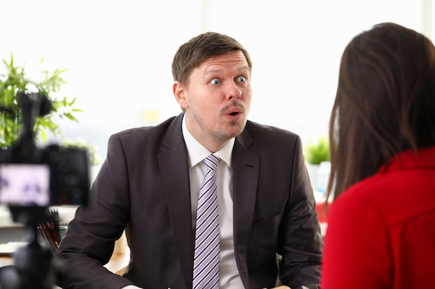 Retrato do empresário chocado falando com o trabalhador sobre o negócio.