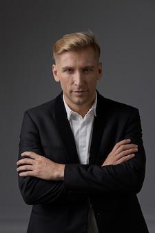 Retrato do empresário close-up com as mãos cruzadas