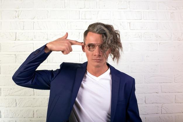 Retrato do empresário elegante com cabelo comprido encaracolado em copos