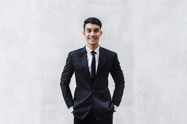 Retrato do empresário feliz em traje formal preto.