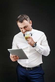 Retrato do empresário mordendo notas de dinheiro com almofada na mão