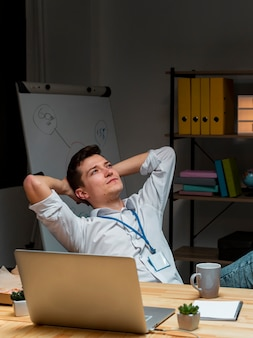Retrato do empresário pensando no projeto