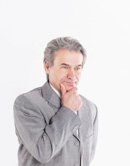 Retrato do empresário pensativo em background.photo branco com espaço de cópia.