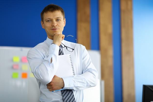 Retrato do empresário posando na câmera segurando a área de transferência.