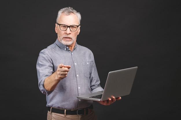 Retrato do empresário sênior envelhecido chefe furioso gritando e gesticulando chateado e bravo na gestão e problemas de estresse no trabalho