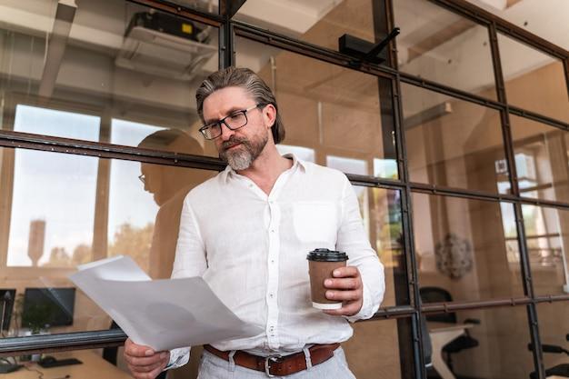 Retrato do empresário sênior. homem de negócios bonito trabalhando no escritório da empresa