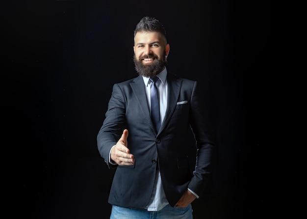 Retrato do empresário sorridente, apertando as mãos do homem profissional, possivelmente, contador, arquiteto, busines ...