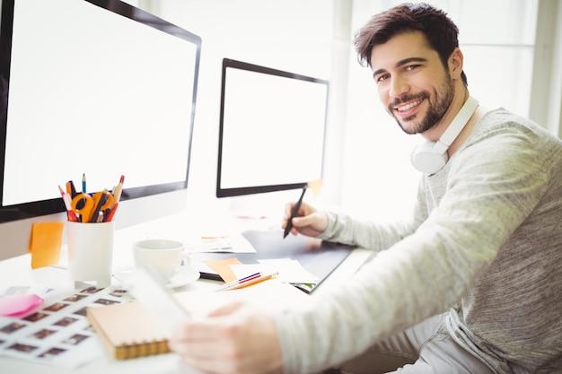 Retrato do empresário trabalhando na mesa no escritório