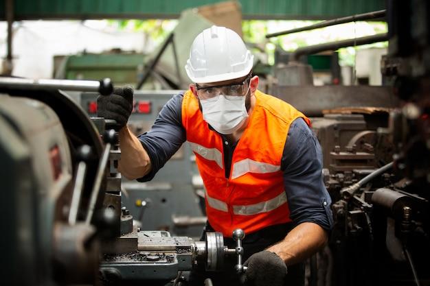 Retrato do engenheiro da equipe de fabricação na produção da fábrica
