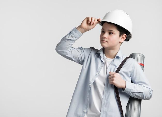 Retrato do engenheiro jovem bonito, olhando para longe