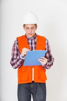 Retrato do engenheiro que trabalha com lista de verificação.