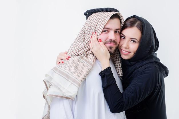 Retrato do estilo árabe atraente em trajes de casal do oriente médio