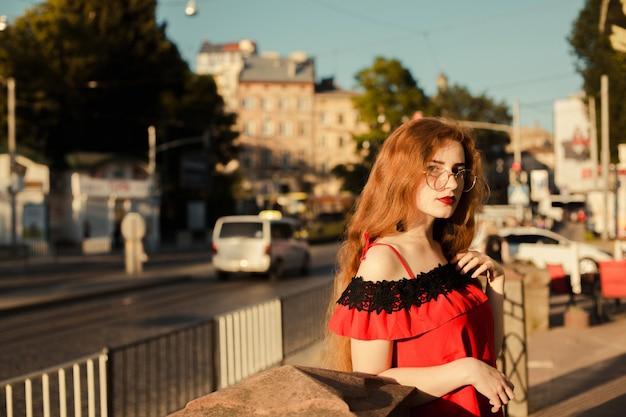 Retrato do estilo de vida da deslumbrante garota ruiva com sardas. modelo com cabelo longo cacheado de óculos. . espaço para texto