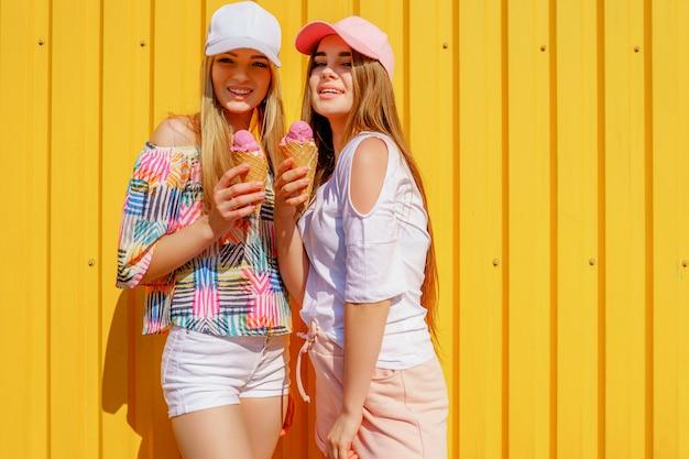 Retrato do estilo de vida de duas belas melhores amigas hipster senhora vestindo roupas brilhantes e elegantes