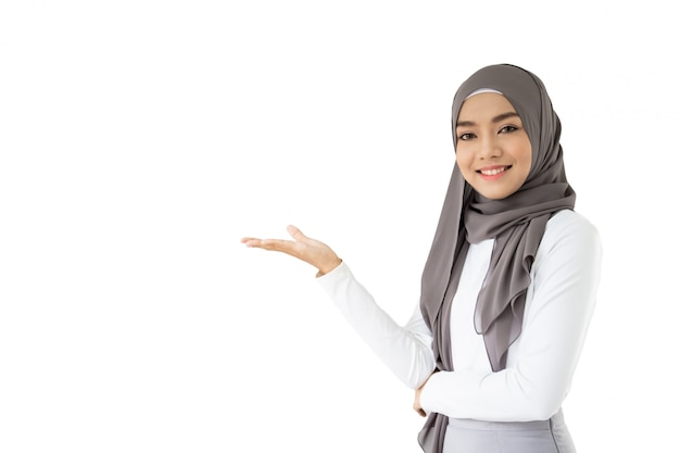Retrato do estudante muçulmano asiático bonito que guarda um livro e um lápis, pensamento muçulmano do estudante.