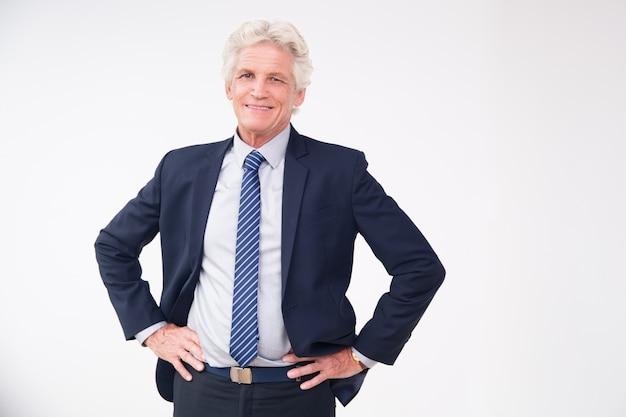 Retrato do estúdio do homem de negócios sênior bem sucedido