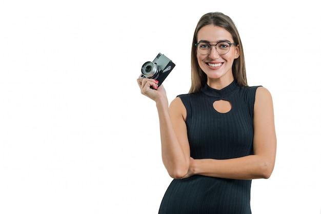 Retrato do fotógrafo de mulher com câmera fotográfica retrô