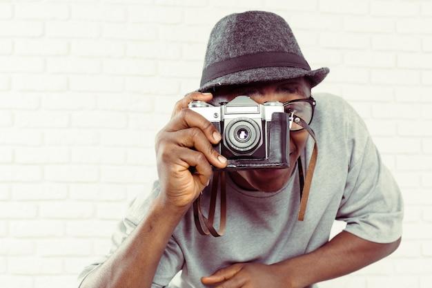 Retrato do fotógrafo masculino com câmera