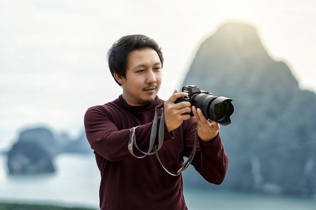 Retrato do fotógrafo ou o turista sobre a paisagem fantástica de samed nang chee vi