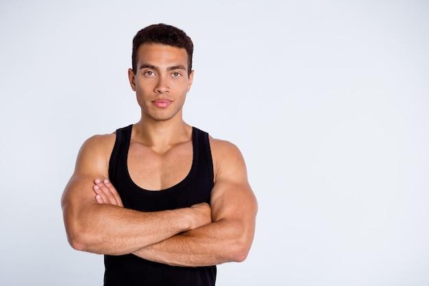 Retrato do golo do campeão desportivo viril e musculoso, braços cruzados
