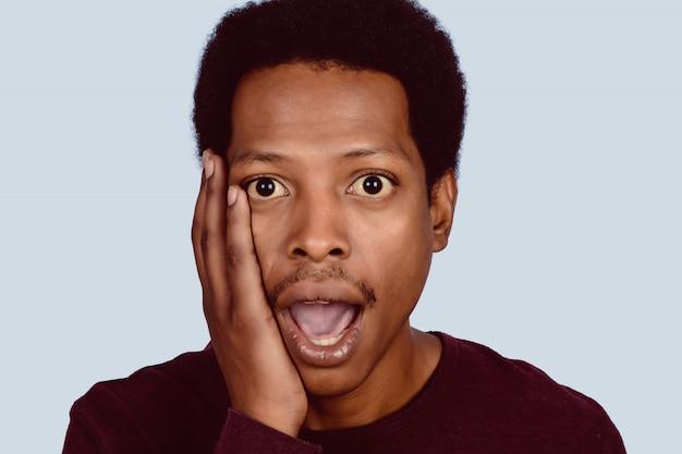 Retrato do homem afro-americano chocado.