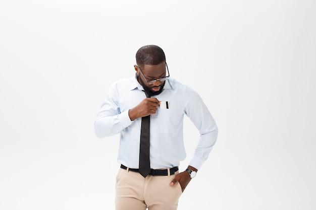 Retrato do homem afro-americano novo irritado ou irritado na camisa de polo branca que olha a câmera com expressão desagradada.