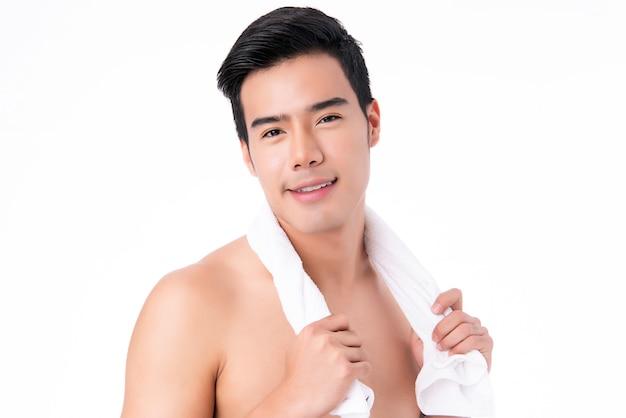Retrato do homem asiático novo considerável isolado. conceito de saúde e beleza masculina, autocuidado, cuidados com o corpo e a pele.