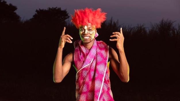 Retrato do homem curtindo o carnaval