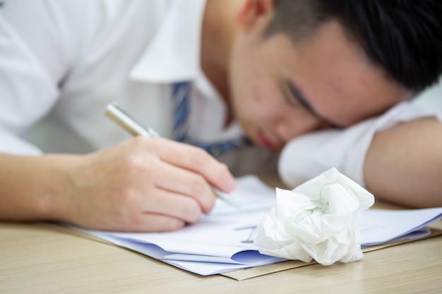 Retrato do homem de negócios asiático. viciado em trabalho e conceito de pessoas que trabalham duro.