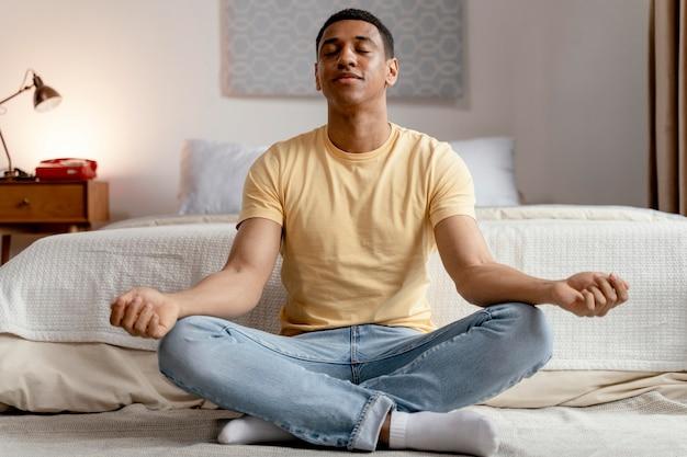 Retrato do homem em casa meditando