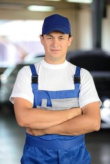 Retrato do homem mecânico sorridente bonito.