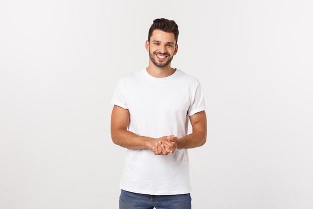 Retrato do homem novo de sorriso em uma camiseta branca isolada no branco.