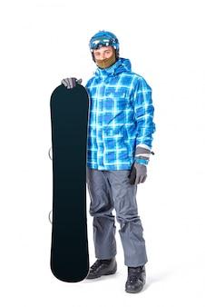 Retrato do homem novo no sportswear com o snowboard isolado em um fundo branco.