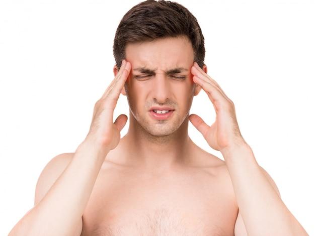 Retrato do homem novo que tem a dor de cabeça terrível.