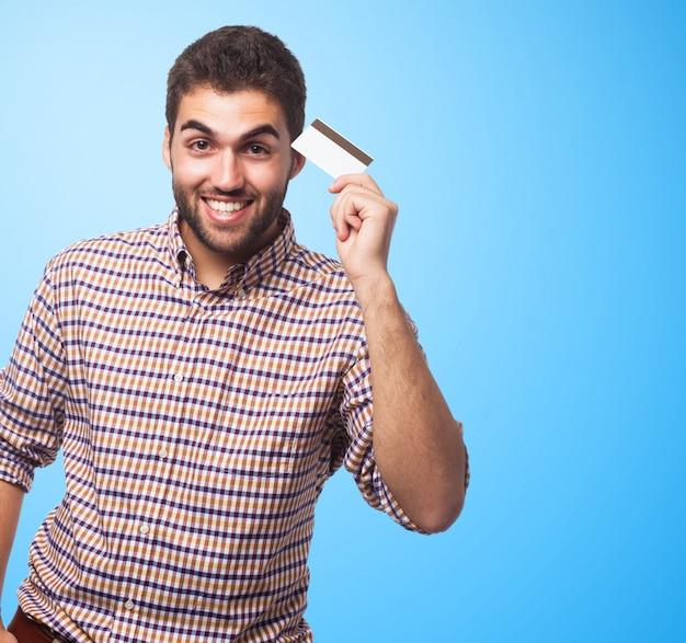 Retrato do homem que mostra o cartão de plástico.