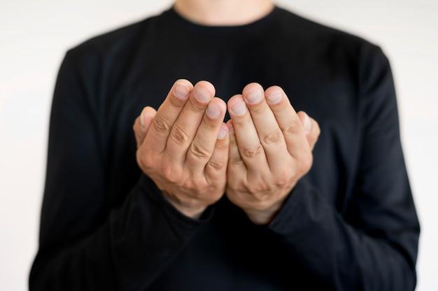 Retrato do intérprete que ensina a linguagem de sinais
